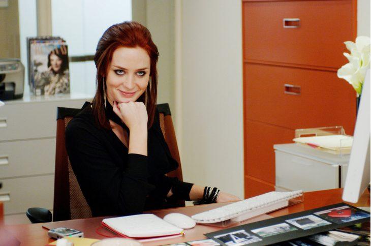 chica sonriendo en escritorio