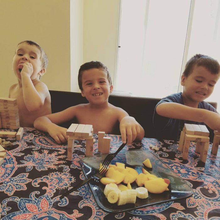 chicos en mesa riendo