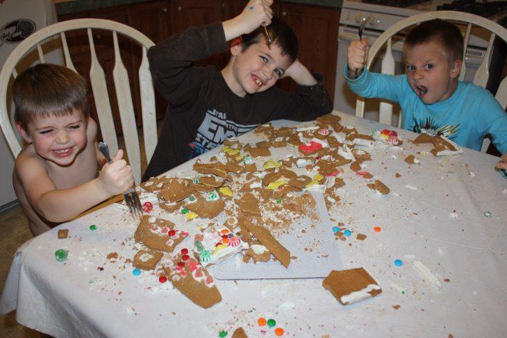 niños en mesa con galletas regadas