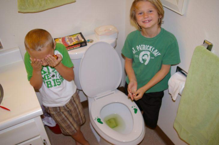 chicos en wc