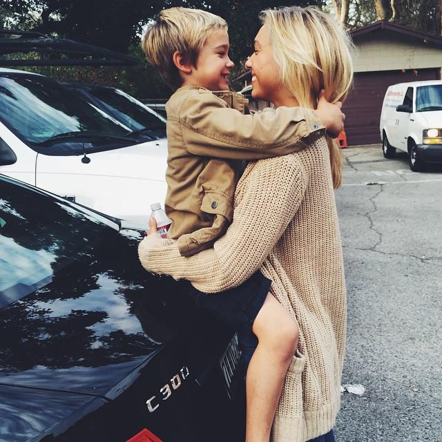 chica con niño chico en brazos