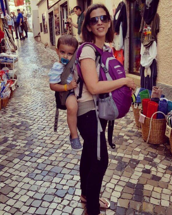 chica con bebé en la espalda