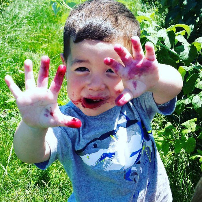 niño con manos sucias