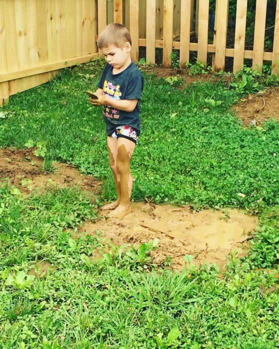 niño jugando en jardín