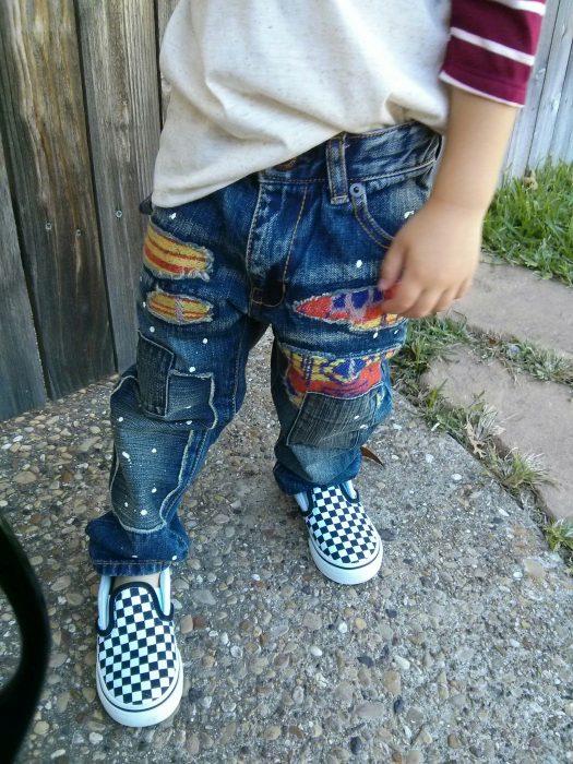 niño con jeans roto
