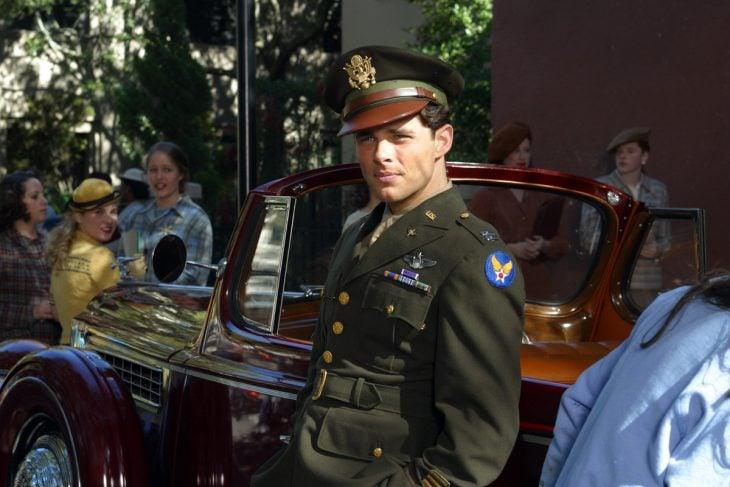 Escena de la película diario de una pasión prometido de Allie recargado sobre un carro