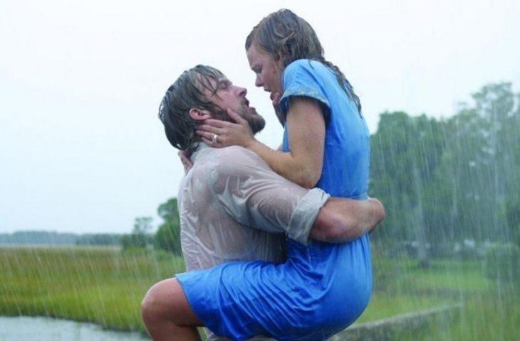 Escena del beso entre Ryan Gosling y Rachel McAdams dándose un beso bajo la lluvia