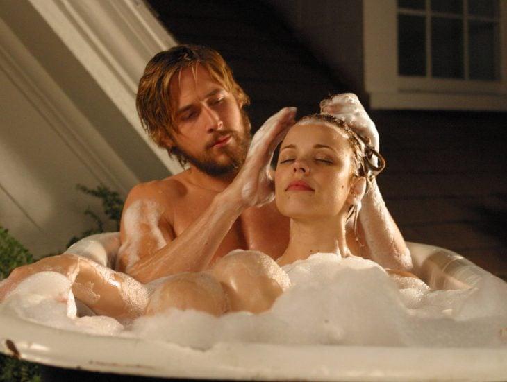 Escena de la película Diario de una pasión, Noah y allie tomando un baño