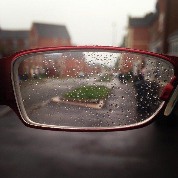 lentes con gotas de lluvia