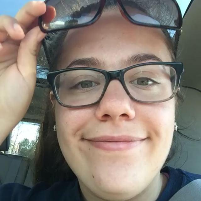 chica con dobles lentes