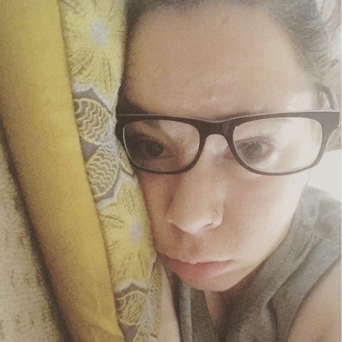 chica acostada con lentes puestos