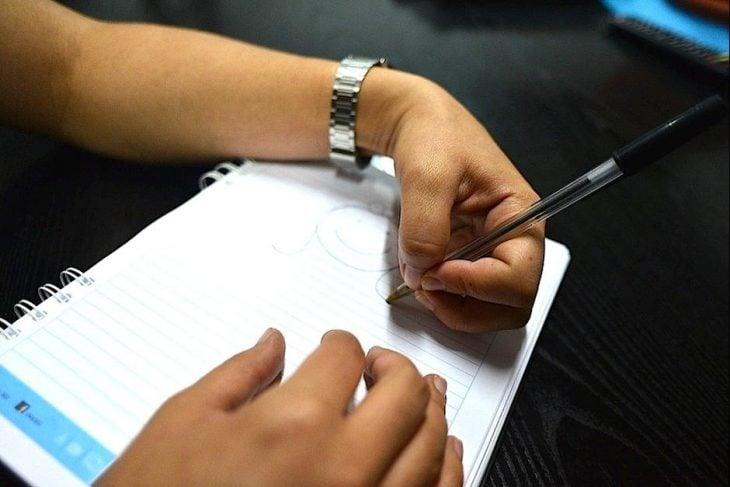 chica tratando de escribir mano izquierda