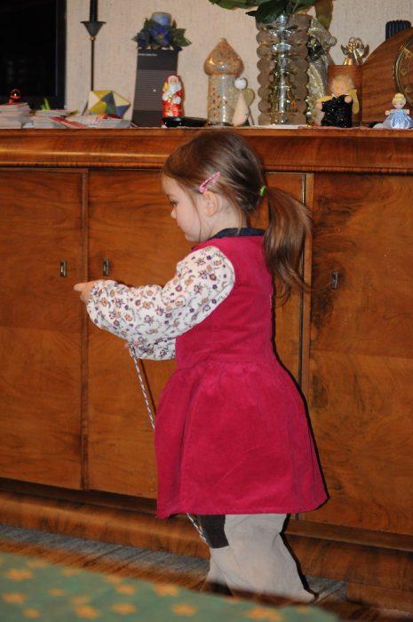 niña con vestido encima de pantalón