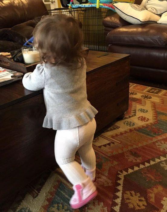 niña pequeña con mallas