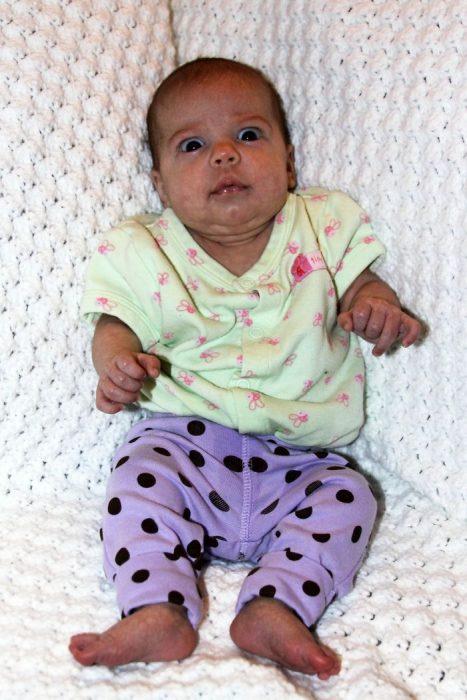 bebé con ropa que no combina