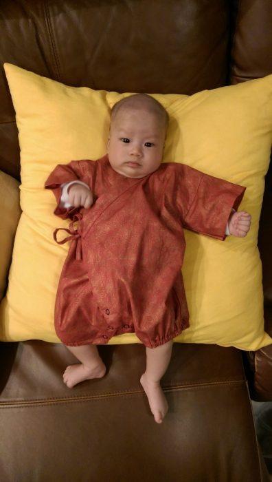 bebé vestido con ropa grande