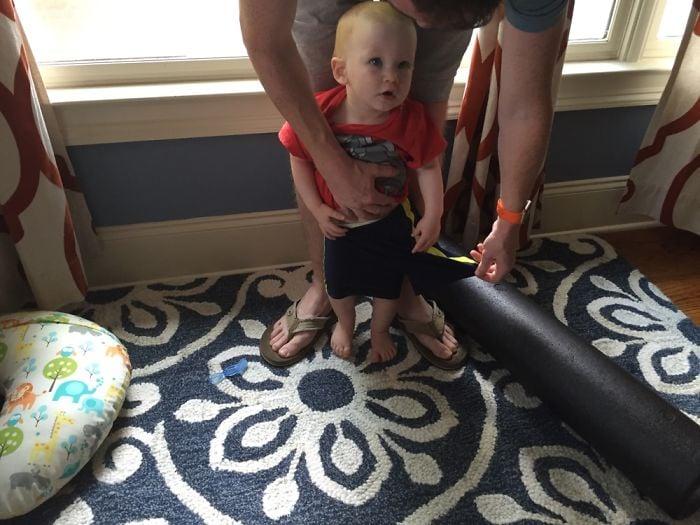 bebé con el short puesto en una sola pierna