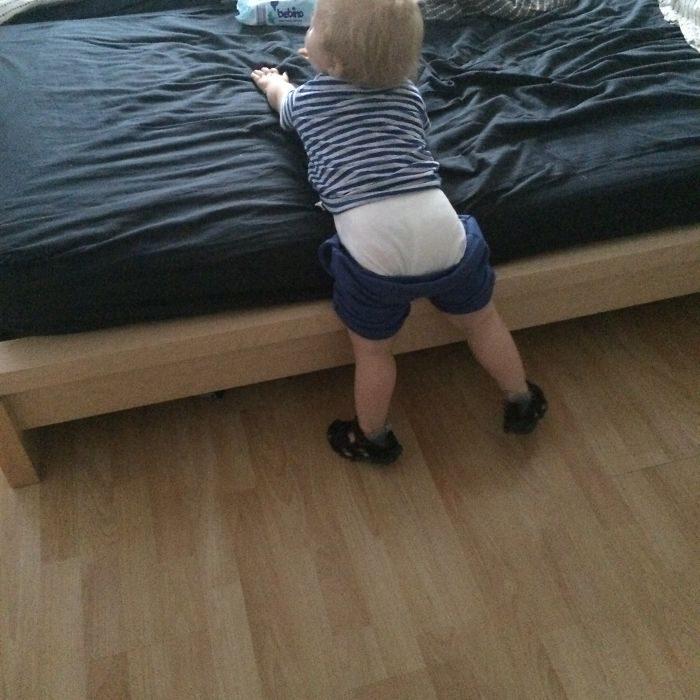 bebé con el short a medio subir