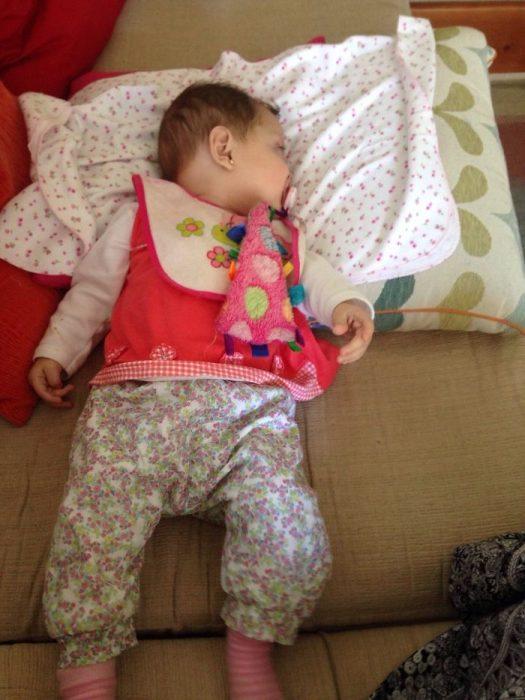 bebé con ropa color rosa