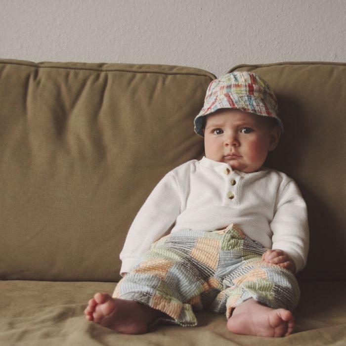 bebé abrigado sin calcetines