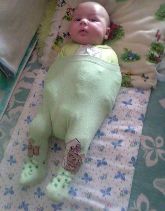 bebé con pantalón puesto hasta el pecho