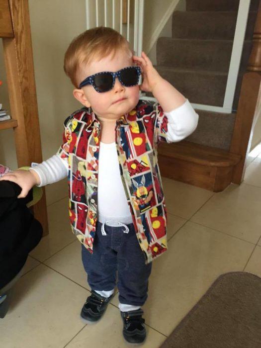 niño pequeño vestido como Ace Ventura