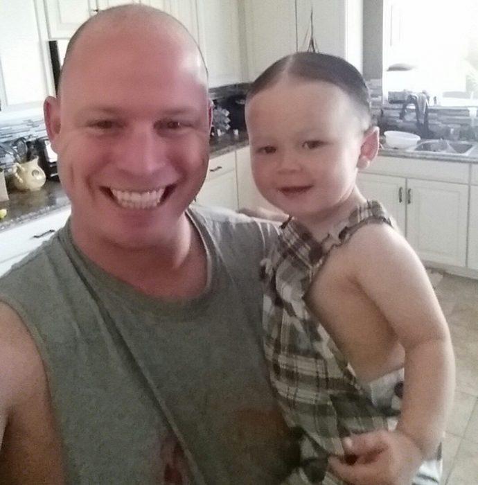 papá con bebé peinado como Alfalfa