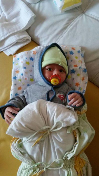 bebé arropado con almohada