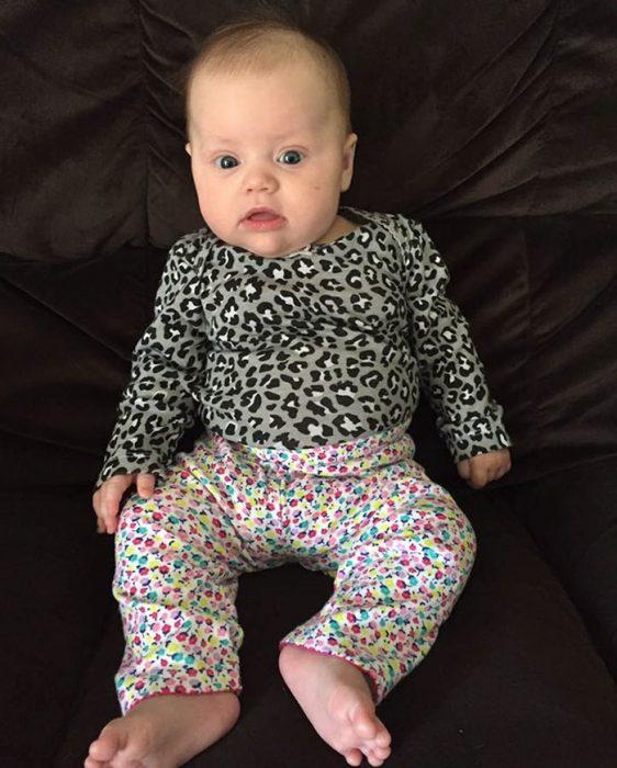 bebé con blusa y pantalón que no combinan