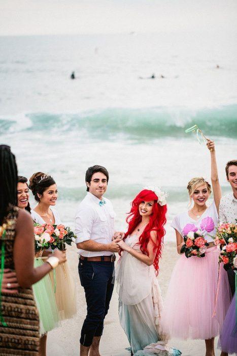 Chica vestida de la sirenita el día de su boda