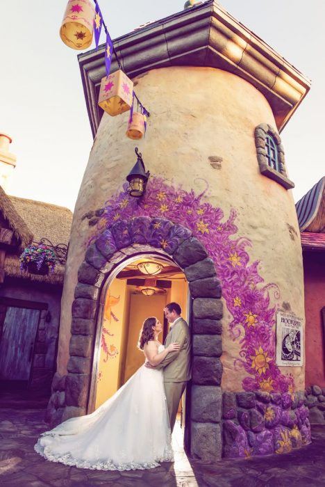 Pareja de novios recargados sobre un molino representando a rapunzel