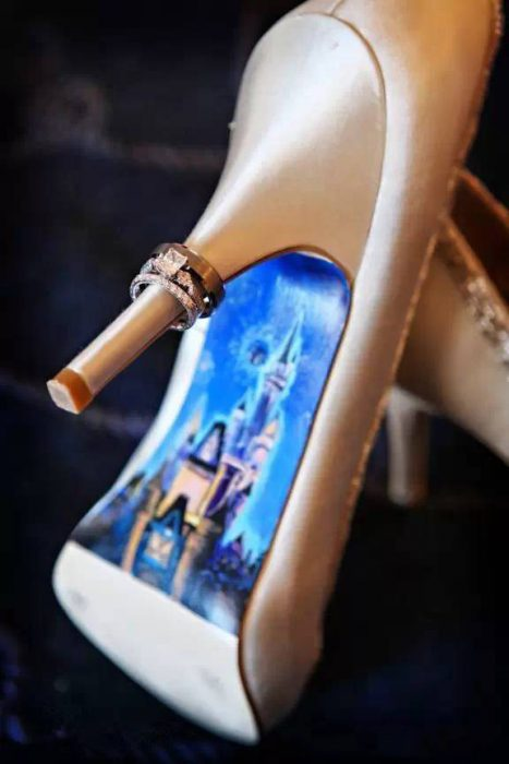 Zapatilla de una chica con el castillo de Disney dibujado en su suela