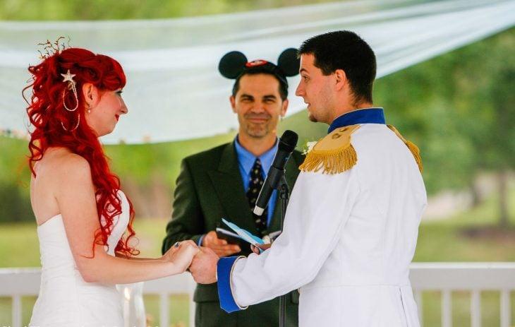 Pareja de novios vestidos como personajes de Disney el día de su boda