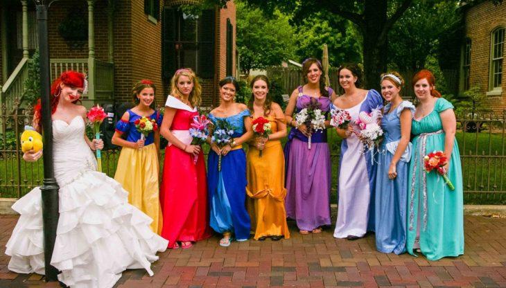 Novia vestida de la sirenita y damas de honor disfrazadas como las princesas de Disney