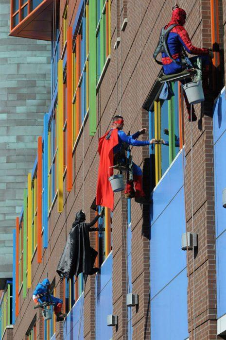 limpiadores disfrazados de super héroes