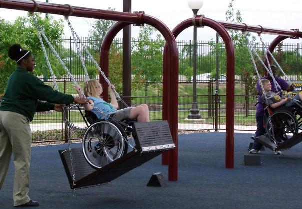 niñas en silla de ruedas en columpios