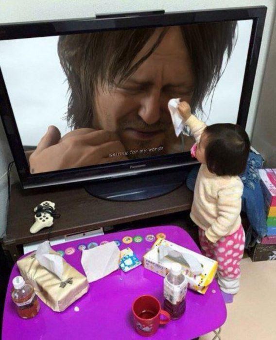 niña seca lágrimas de imagen en TV