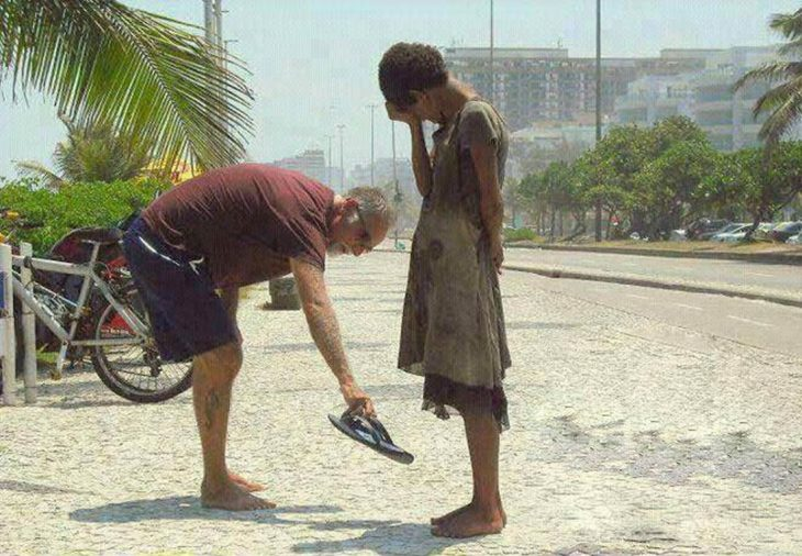 turista regala sandalias a chica local