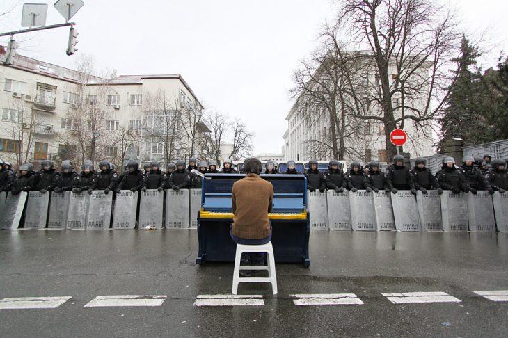 pianista toca frente a soldados