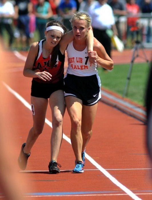 atleta ayuda a otra corredora lesionada a terminar carrera