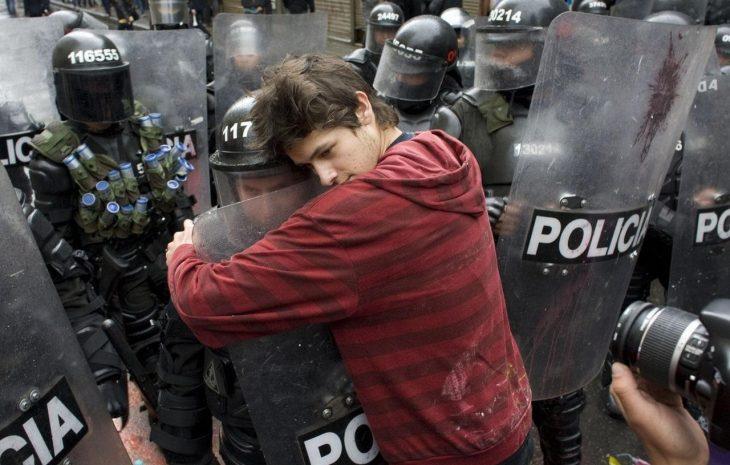 chico abraza a policía