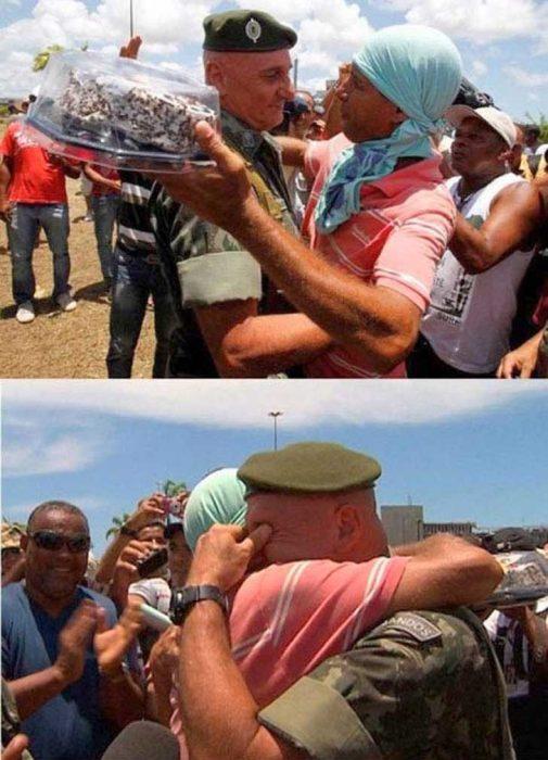 soldado recibe pastel de cumpleaños