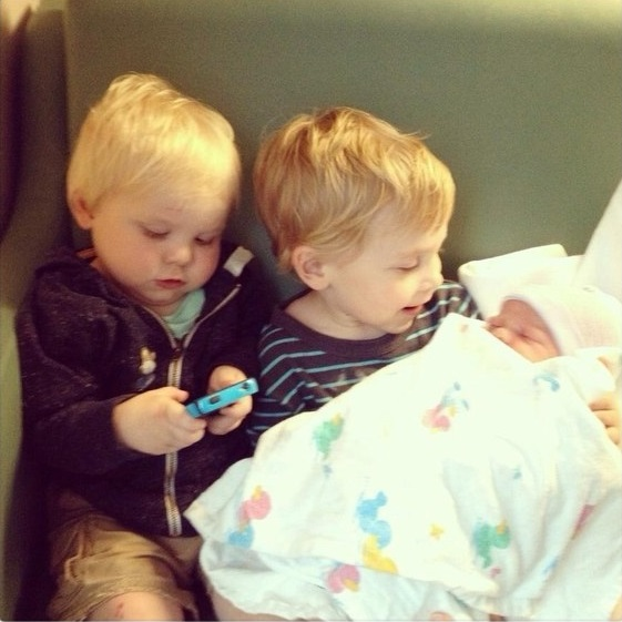 hermanitos con bebé