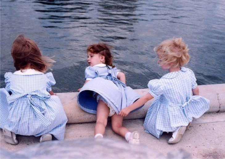 niñas a la orilla de un lago