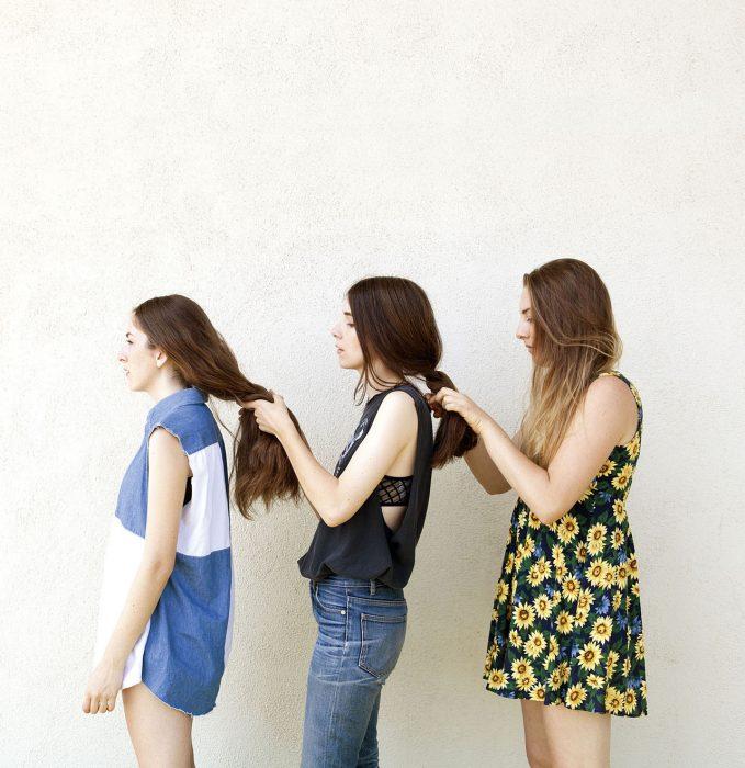 tres hermanas peinándose