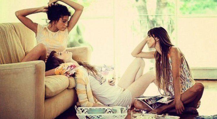 tres hermanas platicando