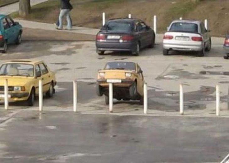 coche estacionado sobre arbotante