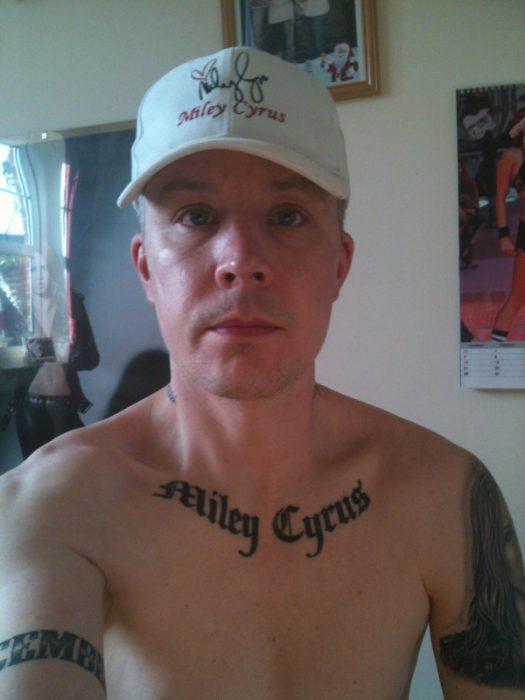 hombre con tatuaje de miley cyrus
