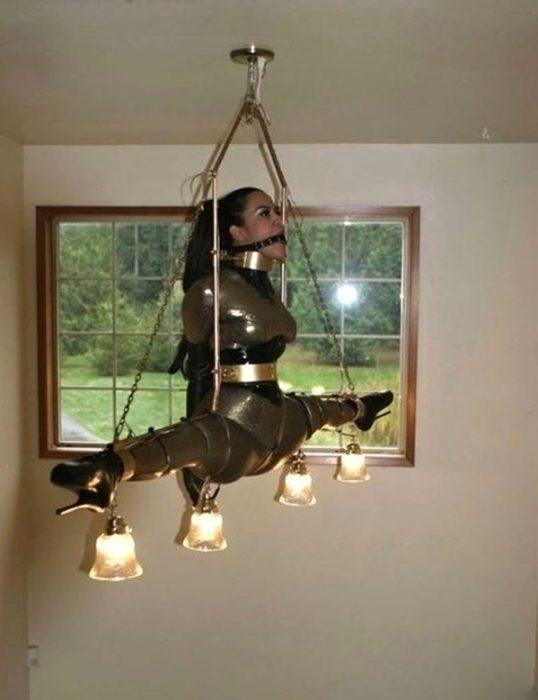 mujer colgada como candelabro