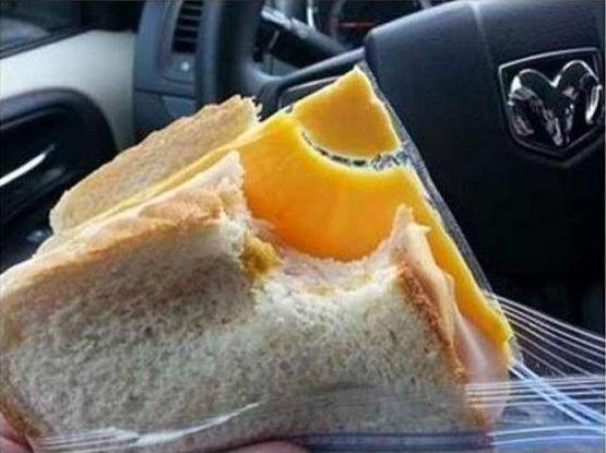 sandwich con queso en plástico